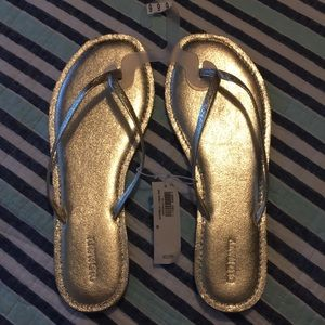 3/$15 NWT size 9 gold flip flops